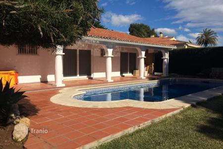 Coastal houses for sale in Estepona. Nice villa in one level in Atalaya Isdabe
