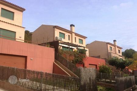 Property from developers for sale in Catalonia. New three-level townhouse in a complex with swimming pool, Costa Dorada, Spain