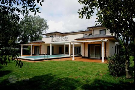 5 bedroom villas and houses by the sea to rent in Tuscany. New villa in Roma Imperiale