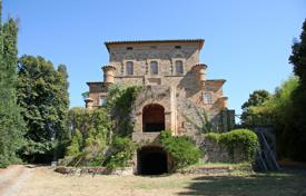 Luxury houses for sale in Umbria. Prestigious castle to be restored for sale in Umbria from the XIII century of the surface of 1800 square metres