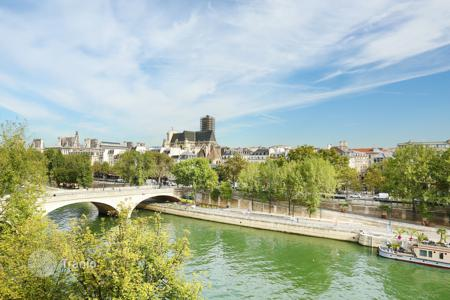 Luxury 2 bedroom apartments for sale in Paris. Paris 4th District – Ile Saint Louis, Quai de Bourbon