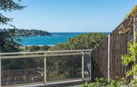1 bedroom apartments for sale in Côte d'Azur (French Riviera). One-bedroom apartment with a roof terrace as well as sea and Port Gallice views, Cap d'Antibes