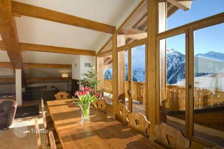 Chalets for rent in Montvalezan. A comfortable chalet with 6 bedrooms and en-suite bathrooms, a living room with a fireplace, a balcony and a terrace, La Rosiere, France