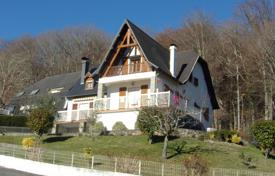 5 bedroom houses for sale in Aquitaine-Limousin-Poitou-Charentes. Comfortable villa with a beautiful garden and views of the Pyrenees, 30 minutes drive from Pau, France