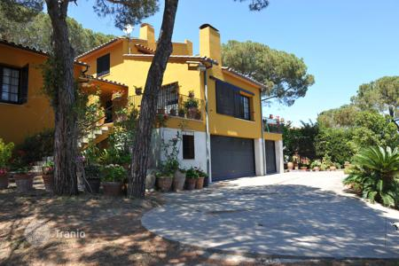 5 bedroom houses by the sea for sale in Catalonia. Charming classic style house benefiting from sea views. Set in a desirable, sought-after area close to the beach