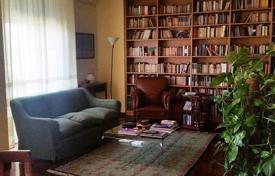 4 bedroom apartments for sale in Tuscany. Large apartment in a house with a parking, Florence, Tuscany, Italy