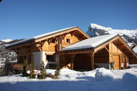 Villas and houses to rent in Arâches-la-Frasse. A comfortable chalet with 5 bedrooms and bathrooms, a living room with a fireplace, a Jacuzzi, a ski room and parking, Flaine, France