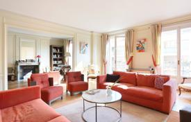 Property for sale in Ile-de-France. Spacious apartment with a balcony, in a residential building of the early 20th century, 17th district, Paris, France