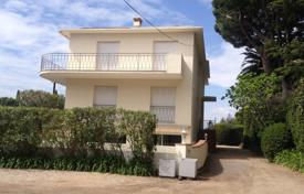 Coastal residential for sale in Antibes. Cap d'Antibes — 3 bedroom apart to rent — close to Garoupe