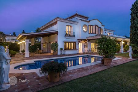 Houses with pools by the sea for sale in Costa del Sol. Elegant villa in the most exclusive residential areas of Marbella: Bahia de Marbella, walking distance to the beach. Excellent quality