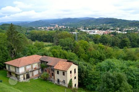 Houses for sale in Gozzano. Cottage to renovate with land in a panoramic position a few kilometers away from Lake Orta and Borgomanero