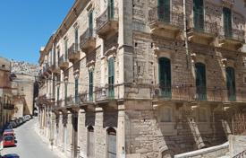Property for sale in Sicily. Duplex apartment with 4 bedrooms in an old building in the center of Modica, Ragusa, Sicily