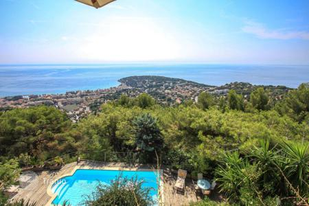 Houses with pools for sale in Roquebrune - Cap Martin. Modern villa with a panoramic view of the Principality of Monaco and the Italian coast in Roquebrune Cap Martin