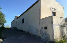 The farmhouse located on a hill overlooking the entire surrounding valley in Siracusa, Sicilia, Italy for 600,000 €