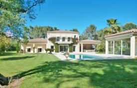Luxury houses for sale in Provence - Alpes - Cote d'Azur. Beautiful villa with a private plot, a garden, a swimming pool and a garage in a quiet area, Mougins, France