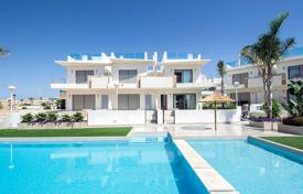 Townhouses for sale in Costa Blanca. Spacious townhouse with garden and solarium in Ciudad Quesada