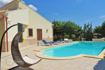 3 bedroom houses by the sea for sale in Sicily. Furnished villa with swimming pool, garden and a large plot near the beach in Pozzallo, Sicily