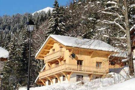 Villas and houses to rent in Morzine. A spacious chalet with a cozy living room, a fireplace and access to the balcony, 5 bedrooms and en-suite bathrooms, Morzine, France