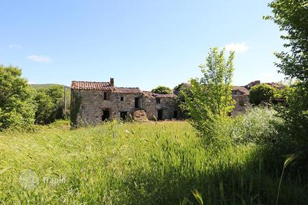 Property for sale in Montegabbione. Farm of 34 ha with a farmhouse to restore of about 1000 sqm in Umbria