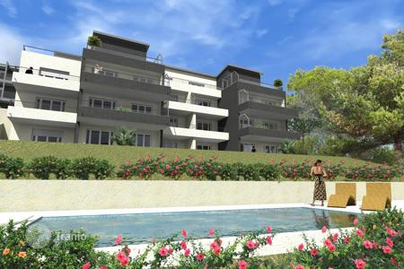 Cheap apartments with pools for sale in Côte d'Azur (French Riviera). Modern apartment in a new residential complex with a swimming pool Roquebrune Cap-Martin Côte d 'Azur, France