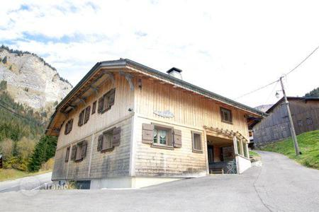 Villas and houses to rent in Morzine. A spacious chalet with 5 bedrooms and bathrooms, a living room with a fireplace, a hot tub and parking, Morzine, France