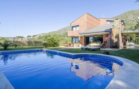 Luxury residential for sale in Costa del Garraf. Unique villa with a pool, a garden and a terrace, with panoramic sea and mountain views, in a prestigious area, Castelldefels, Spain