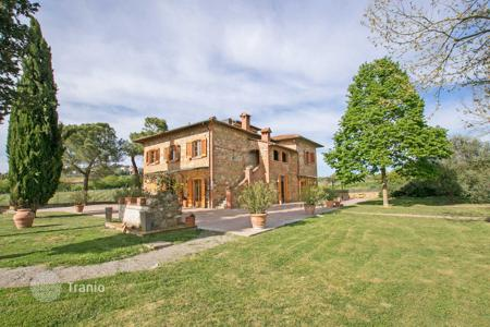 Residential for sale in Lucignano. Villa with pool, large park and access to the beach, 5 minutes from Lucignano, Tuscany