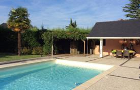 Property for sale in Hauts-de-France. Spacious villa with a swimming pool, a picturesque garden and a summer kitchen, 25 minutes drive south of Pau, Pas-de-Calais, France