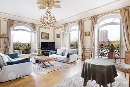 4 bedroom apartments for sale in 16th arrondissement of Paris. Paris 16th District – An over 200 m² apartment overlooking the Bois de Boulogne