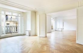 Luxury 5 bedroom apartments for sale in France. Paris 8th District – An over 330 m² apartment bathed in sunshine
