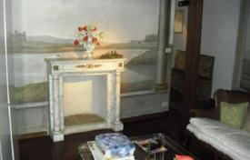 3 bedroom apartments for sale in Florence. Apartment in ancient style, with a terrace, in a historic building with an elevator, Florence, Italy
