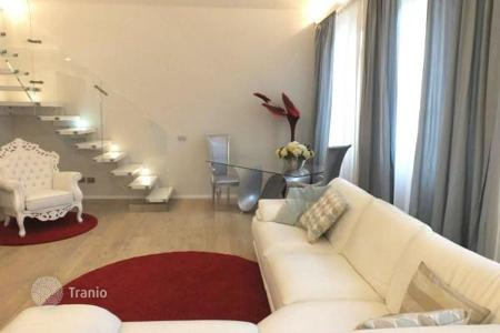 Luxury 3 bedroom apartments for sale in Tuscany. Furnished apartment with a loft, a jacuzzi, and a Turkish bath, in a historic building, Florence, Italy
