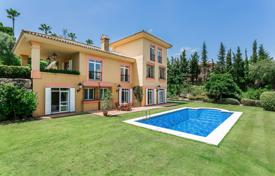 A spacious furnished 3 storey villa with views to Valderrama golf course for 1,395,000 €