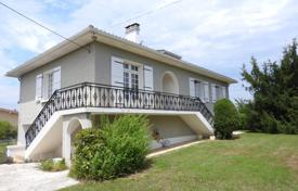 5 bedroom houses for sale in Gers. Comfortable villa with a mezzanine and a picturesque garden, in the center of a quiet village, Gers, France