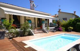 3 bedroom houses for sale in Côte d'Azur (French Riviera). Renovated cottage with luxurious finishings and a guest apartment, on a plot with a pool and a garage, Juan-les-Pins, France