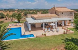4 bedroom houses for sale in Campos. Furnished villa with a garden, a swimming pool, a parking and terraces, Campos, Spain
