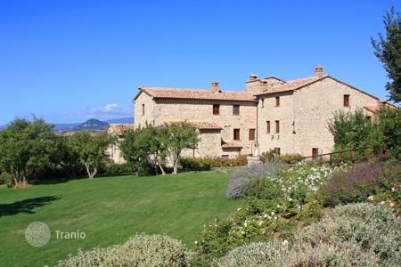 2 bedroom apartments for sale in Tuscany. Apartment in a farmhouse for sale in Tuscany