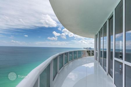 3 bedroom apartments for sale in North America. Apartments with terrace and panoramic ocean views in a residentce with parking, gym and access to the beach in Sunny Isles Beach, USA