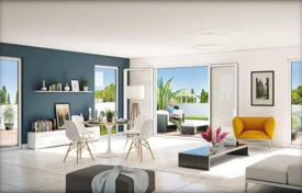 New homes for sale in Côte d'Azur (French Riviera). New penthouse with a terrace and sea views in a residence with a garden and a parking, near the beach, Saint-Laurent-du-Var, France