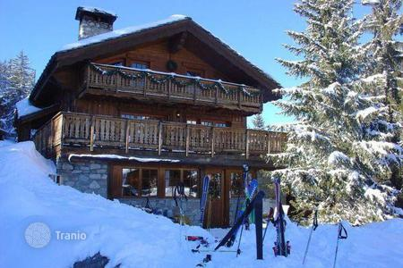 Residential to rent in Saint-Bon-Tarentaise. A spacious chalet (Ski-in/ski-out) with 6 bedrooms, a living room with a fireplace, a balcony and a Turkish bath, Courchevel, France