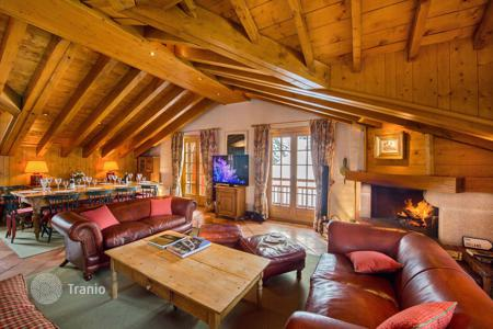 5 bedroom villas and houses to rent in Europe. Cozy chalet in Courchevel, France. House for 10 people, with balconies and a terrace, in a prestigious district, near the slopes