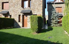 4 bedroom houses for sale in Catalonia. Furnished house with a terrace, a pool and a garden in the mountains of Puigcerda, Spain