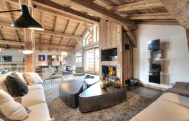 Luxury houses with pools for sale in Auvergne-Rhône-Alpes. Comfortable chalet with a pool and a sauna, next to the ski lift, in the center of the resort village, Megeve, Alpes, France