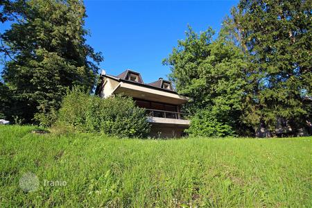 3 bedroom houses for sale in Slovenia. This is a well know architecturally designed house close to lake Bled with views across the fields to Bled Castle