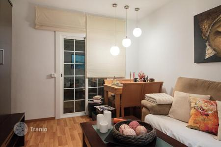 Cheap apartments for sale in Badalona. Three-bedroom flat with terrace in Badalona