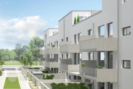 1 bedroom apartments for sale in Frankfurt am Main. New apartment with a terrace and a large garden in the popular district of Riedberg, Frankfurt