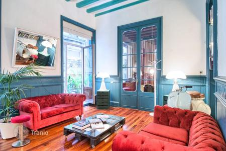 4 bedroom apartments for sale in Barcelona. The apartment is next to the Plaza Reial in Barcelona