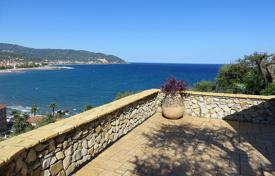 4 bedroom houses by the sea for sale in Diano Marina. Luxury villa for sale in Liguria with incredible sea views, a corner of paradise just steps from the beach