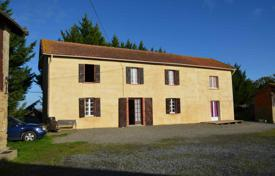 5 bedroom houses for sale in Gers. Spacious villa with a separate apartment, outbuildings and a garden, 15 minutes drive from Marciac, Gers, France