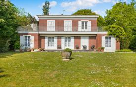 Property for sale in Garches. Garches – An elegant over 300 m² property in an extensive garden